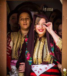 Une mariée montre son alliance en Macédoine
