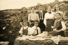 A group of young people having a picnic, La Belle Epoque Vintage Photographs, Vintage Photos, Picnic At Hanging Rock, Gibson Girl, Edwardian Era, Victorian, Man Photo, Historical Clothing, Belle Epoque