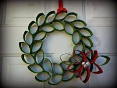 Christmas Toilet Paper Roll Wreath With Flower Christmas Origami, Christmas Art, Christmas Projects, Simple Christmas, Christmas Wreaths, Christmas Ornaments, Advent Wreaths, Christmas Glitter, Christmas Tables