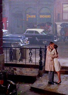 """O escritor interpretado por George Peppard beija na chuva a vizinha Holly Golightly (Audrey Hepburn) em """"Bonequinha de Luxo"""" (""""Breakfast at Tiffany's"""", filme de 1961, com roteiro e direção de Blake Edwards, baseado no romance de Truman Capote. Veja mais em: http://semioticas1.blogspot.com.br/2011/07/fala-da-moda.html"""