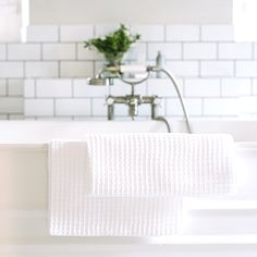 White bathroom with subway tiles and white towels. From Babylonstoren, South Africa. Minimalist Home Decor, Minimalist Bathroom, Glass Cube, White Towels, White Home Decor, Subway Tiles, White Space, Lounge Areas, Two Bedroom