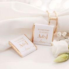 Czekoladki od zawsze są najpopularniejszym podziękowaniem dla gości - w końcu każdy z nas kocha czekoladę. Jeśli dodatkowo spersonalizujemy je Waszymi inicjałami i datą ślubu będą one wyjątkową niespodzianką dla gości! #kolekcjaslubne #slub #wesele #dekoracjeslubne #podziekowaniadlagosci Chocolate Wrapping, Wedding Table Decorations, Wedding Invitation Design, Chocolate Covered, Cover Design, Wedding Planning, Dream Wedding, Place Card Holders, Love