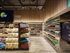 The architecture of the supermarket is meant to foster an overarching perception of the whole environment. The dense organization, the linear geometric configurations, and the use of low display units guide the customer through the supermarket and help him buy simply and quickly.