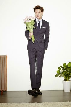Lee Min Ho thank u for the flower. Lee Min Ho Images, Lee Min Ho Photos, New Actors, Actors & Actresses, Asian Actors, Korean Actors, Lee Min Ho Kdrama, Hot Asian Men, Asian Guys