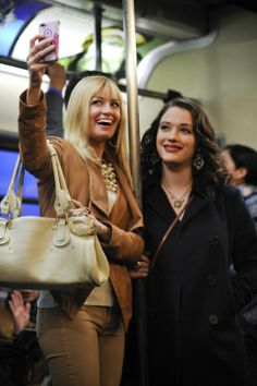 #Series de #TV | Kat Dennings y Beth Behrs in Dos chicas sin blanca - ¿Nos hacemos un #usie? www.beewatcher.es