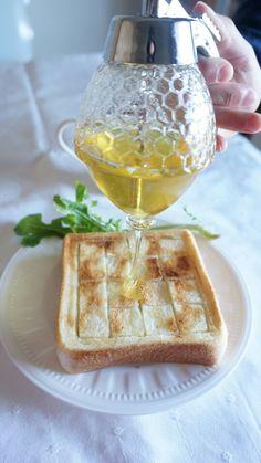 厚切り食パンの厚みを利用して、切れ込みを入れて下さい。ハニーバターが染み込んで、なんとも言えない幸せを感じます。