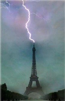 Lightning hitting the Eiffel Tower, Paris, France Berlin Paris, Paris Tour, Montmartre Paris, Paris Cafe, Paris Paris, All Nature, Science And Nature, Amazing Nature, Cool Pictures