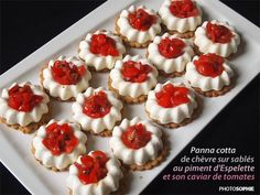 Goat cheese panna cotta on shortbread biscuits with Espelette pepper topped with tomato caviar. Link with recipe in French from Sophie: Panna cotta de chèvre sur sablés au piment d'Espelette et son caviar de tomates. Panna Cotta, Tapas, Snack Recipes, Cooking Recipes, Avocado Salat, Finger Food Appetizers, Mini Cheesecakes, Mini Foods, Cookies And Cream