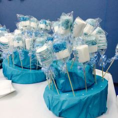 Frozen marshmallow pops - Frozen party - festa a tema Frozen  http://www.cookandcraft.it/compleanno-frozen-idee-sopravvivere/