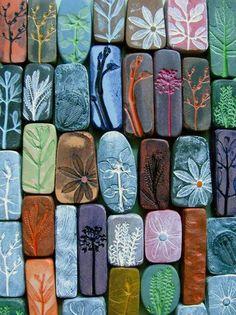 Trocitos de arcilla blanda, presionar contra florecitas, plantitas, se deja secar, se pintan al gusto y ya.