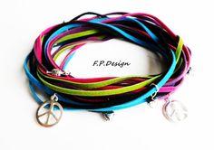Hier biete ich ein schönes Leder Wickelarmband aus Velourleder in pink,lila,apfelgrün,blau und schwarz. Verschönert wird das Armband mit kleinen Herzc