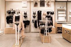 Inside the new CityLife shopping district, has opened a shop that every woman would like to have at hand: Chantelle Lingerie. Lingerie Store Design, Clothing Store Design, Boutique Lingerie, Lingerie Set, Underwear Store, Retail Boutique, Store Layout, Showroom Design, Bra Shop