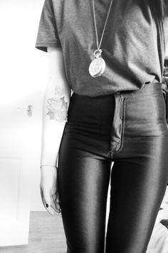 MODA: DSISCO PANTS, Esse estilo de calça/legging foi popularizado lá na década de 1950 e foi uma das grandes estrelas do figurino do filme Grease (1978).