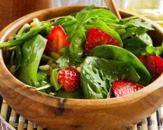Collation détox sucrée-salée de fraises aux épinards : http://www.fourchette-et-bikini.fr/recettes/recettes-minceur/collation-detox-sucree-salee-de-fraises-aux-epinards.html