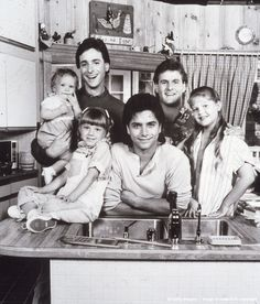 Full House - Promotional portrait of the cast L-R: Ashley or Mary Kate Olsen, Bob Saget, David Couli Full House Funny, Full House Cast, Uncle Jesse, Fuller House, Mary Kate Olsen, Old Shows, Favorite Tv Shows, Movie Tv, Tv Series
