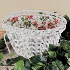 Biały wiklinowy kosz rowerowy z wyściółką wzór czerwona róża