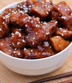 Le poulet en version sucrée salée est très apprécié car il donne de la douceur et du moelleux à la viande. Pour réaliser du poulet au miel et sésame, on mélange des dés de poulet, du miel, du ketchup, du sucre, de la sauce soja, de l'huile de sésame, de l'ail, de la maïzena et des graines de sésame.