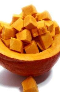 Dýní existuje veliká spousta druhů, každý znich má specifický tvar i chuť. Dýně Hokaido, výjimečná svou sladkou chutí připomínající jedlé kaštany nebo brambory, je dnes stále častěji využívaná i u … Tvar, Sweet Potato, Mango, Potatoes, Fruit, Vegetables, Food, Manga, Potato