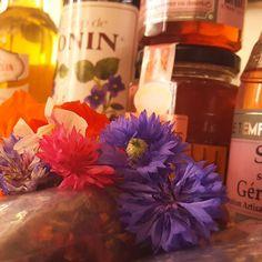 Ce soir Minette nous prépare un chef à domicile 100% Flower Power. Fleurs fraîches mais aussi confit de coquelicots sirop de sureau ou encore boutons de roses séchés seront au menu de ce soir! Pensez à Épices & Love pour vos traiteurs et chefs à domicile ;) PEACE!
