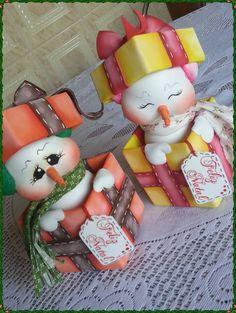 Fofuchos muñecos de nieve Christmas Arts And Crafts, Christmas Deco, Christmas Time, Christmas Ornaments, Clay Pot Crafts, Foam Crafts, Diy And Crafts, Polymer Clay Ornaments, Polymer Clay Christmas