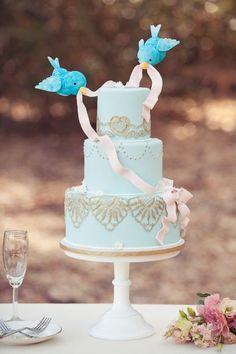 Tartas decoradas de fondant donde los pájaros se encargan de adornar la tarta con lazos