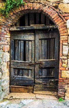 ¿Quién sabe que nos aguardará dentro...? #Antique #madera #grupoagchsa