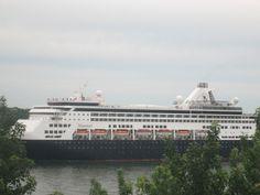 Hier soir sur mon balcon voici le gros bateau à passager il est super beau . Il est parti du Port de Montréal pour se rendre à Boston.  https://www.picturedashboard.com
