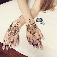 Slowly day #henna 〰 #fyoklamehndi #mehndi #mehandi #mehendi #мехендиКиев #мехенди #TheFirstMehandiStudio #ПерваяСтудияМехенди #росписьхной #рисунокнателе #hennagloves