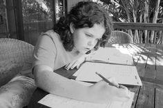 """25 Jahre lang hat Harris Cooper das Thema Hausaufgaben erforscht. Der Professor für Psychologie und Neurowissenschaften von der Duke University kommt in seinem Buch """"The Battle over Homework"""" zu einer eindeutigen Schlussfolgerung:  Während Schüler ab der achten Klasse von Hausaufgaben profitieren können (das ist die gute Nachricht), bringen sie für Grundschüler überhaupt keine Vorteile. Weit"""