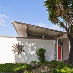 Love the bright door and trim work on this Fairhaven Eichler, photographed by Chimay Bleue.