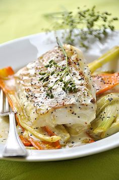 Roasted cod steak with minced fennel and carrots – easy recipe - Recipes Easy & Healthy Fish Recipes, Meat Recipes, Seafood Recipes, Healthy Dinner Recipes, Cooking Recipes, Roasted Cod, Easy Vegetarian Lunch, Fish Dishes, Fish And Seafood