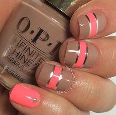 Añadir actitud hacia sus uñas añadiendo tiras finas horizontales de esmalte metálico.