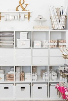 More use of storage boxes and also the #Kallax drawer inserts for clean continuity. (via: Comfy Dwelling) #IKEA #IKEAKallax