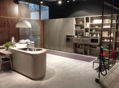 Grande cuisine #design taupe avec arrondis, îlot et mur #deco