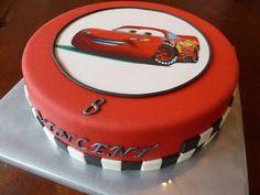 In de afgelopen 2 weken heb ik twee keer een Cars taart gemaakt. Het leek er lange tijd op dat het een Bliksem én een Takel taart zouden wor...