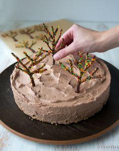 Tämä suklaakakku on erityinen kahdessa mielessä. Ensinnäkin se sopii useimpiin erityisruokavalioihin, koska kakku on gluteeniton, maidoton, munaton, pähkinätön ja vegaaninen. Se on saavuttanut myös erityisen kestosuosikin maineen omassa tuttavapiirissäni, myös lasten keskuudessa. Alun perin minun oli tarkoitus kehitellä suklaakakusta jokin uudenlainen versio. Mielessäni oli lakritsi, mikä osoittautui liian kunnianhimoiseksi tavoitteeksi. En voinut käyttää kaupan lakritsikarkkeja […] Xmas, Cake, Desserts, Recipes, Food, Google, Tailgate Desserts, Deserts, Christmas