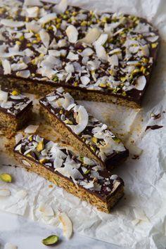 Μπάρες Δημητριακών με Σοκολάτα και Καρύδα – Chocolate & Coconut Granola Bars Breakfast Time, Granola, Food Inspiration, Sweet Tooth, Sugar, Desserts, Recipes, Tailgate Desserts, Deserts