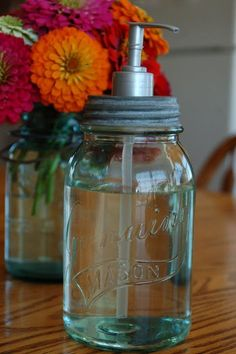 DIY Mason Jar Soap Pump: Take a soap pump from a used soap bottle ( exp. soft soap ) and a mason jar. Drill a hole in the mason jar lid and then stick the pump through. Then ace your soap in for a cute and vintage look! Mason Jar Seifenspender, Pot Mason Diy, Mason Jar Crafts, Pots Mason, Home Crafts, Diy Home Decor, Diy Crafts, Mason Jar Soap Dispenser, Soap Dispensers