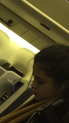 @KateMulshine18: So my dad is casually sitting next to Selena Gomez on a plane… #selenagomez