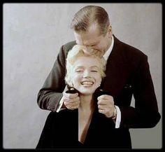 """9 Février 1956 / Marilyn et Laurence OLIVIER / A midi, se tint dans la """"Terrace room"""" du """"Plaza Hotel"""", une conférence de presse pour annoncer, avec Marilyn et Laurence OLIVIER, Terence RATTIGAN et Milton GREENE, leur production de « The sleeping prince » ou """"The Prince and the showgirl"""". Les deux acteurs se congratulèrent mutuellement devant plus de 150 journalistes et photographes. Il s'agissait d'un événement majeur qui allait réunir un grand tragédien anglais et le plus grand sex-symbol…"""