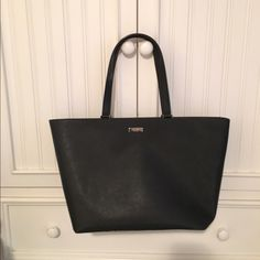 "WILL TRADE❗️ Kate Spade large tote  In excellent new condition! Get it on ♍️r c a r i for way cheaper!!     H 11.1"" W 12.9"" L 6.4"" kate spade Bags Totes"