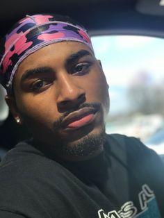 This nigga lowkey fine like frfr and I wanna fine me a nigga all the niggas in this generation. Fine Black Men, Gorgeous Black Men, Cute Black Guys, Just Beautiful Men, Handsome Black Men, Beautiful Men Faces, Black Boys, Fine Men, Cute Guys