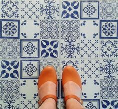 These beautiful and durable patchwork effect vinyl floor tiles are self-adhesive so they couldn't be easier to lay and would look great in a hallway, a kitchen ...