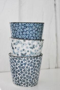 Julias Vita Drömmar blue and white ceramics Ceramic Pottery, Ceramic Art, Love Blue, Blue And White, Cooler Stil, White Porcelain, Porcelain Mugs, My Favorite Color, Blue Bird