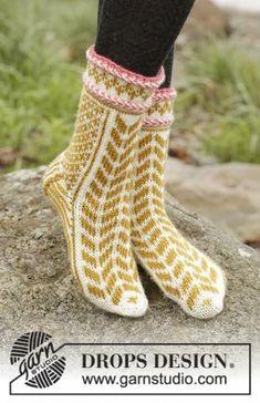 Яркие очаровательные носки спицами для женщин, связанные из шерстяной пряжи средней толщины. Вязание начинается от мыска по кругу на чулочных