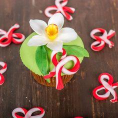 Un cupcake delicios poate fi cel mai potrivit cadou, simbolic pentru ziua mamei.   Primavara si florile ei, cum este si narcisa, au ajuns decorurile sofisticate ale acestor cupcake-uri, gata pregatite pentru a-i indulci pe cei dragi.   Pret unitar: 11 lei / BUC Cupcake, Desserts, Tailgate Desserts, Deserts, Cupcakes, Cupcake Cakes, Postres, Dessert, Cup Cakes