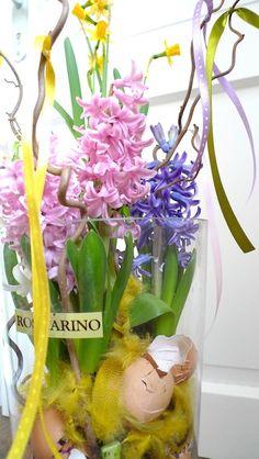 vase with hyacinths and shells like easter table decoration / váza s hyacinty a skořápkami jako velikonoční dekorace na stůl / www.rosmarino.cz