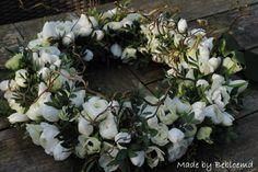 Rouwkrans met tulpen, ranonkels en anemonen. Made by Bebloemd.