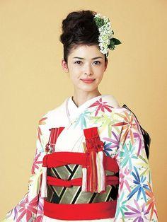 今、日本の伝統を見直した和婚スタイルで結婚式や披露宴を行うカップルが増えています。花嫁衣装も伝統的な柄だけでなく、モダンなものや現代風の華やかなデザインが増えてきました。それに合わせて花嫁ヘアも進化中!あなたもぜひ、和とモダンを融合させた、センス抜群のおしゃれ花嫁を目指しましょう!