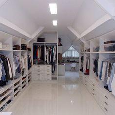 O sótão é considerado um espaço versátil da casa, já que é possível transformá-lo em diversos ambientes, como salas de estar e multimídia, quarto de hóspedes, escritório ou, simplesmente, um cantinho de descanso e sossego. Attic Bedroom Closets, Attic Master Bedroom, Attic Wardrobe, Attic Closet, Bedroom Closet Design, Attic Rooms, Attic Spaces, Closet Designs, Closet Bedroom